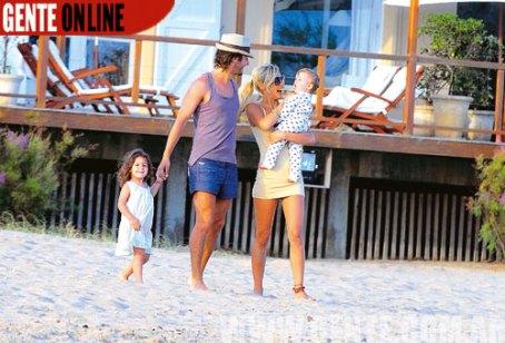 primera fila al océano Atlántico. Alli juegan con sus hijos, Blanca (3) y Bautista, de diez meses, y los disfrutan a full todo el dia.